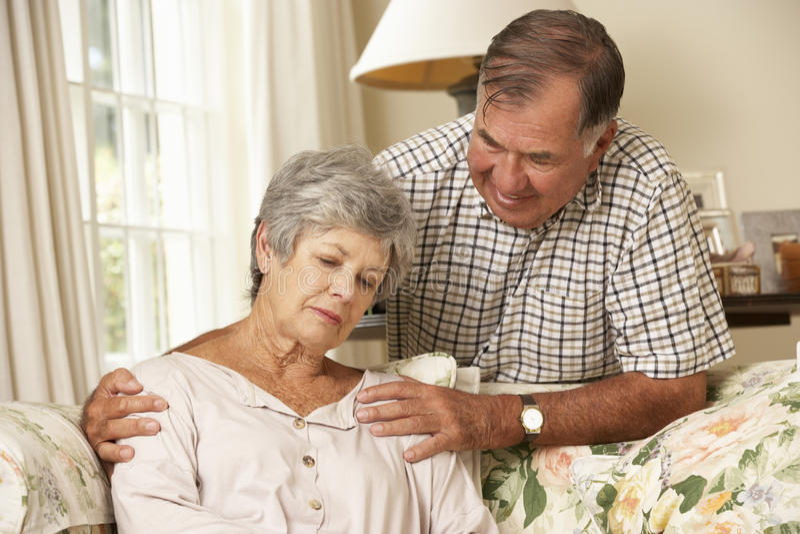 Starszy mężczyzna Pociesza Nieszczęśliwej żony W Domu fotografia stock