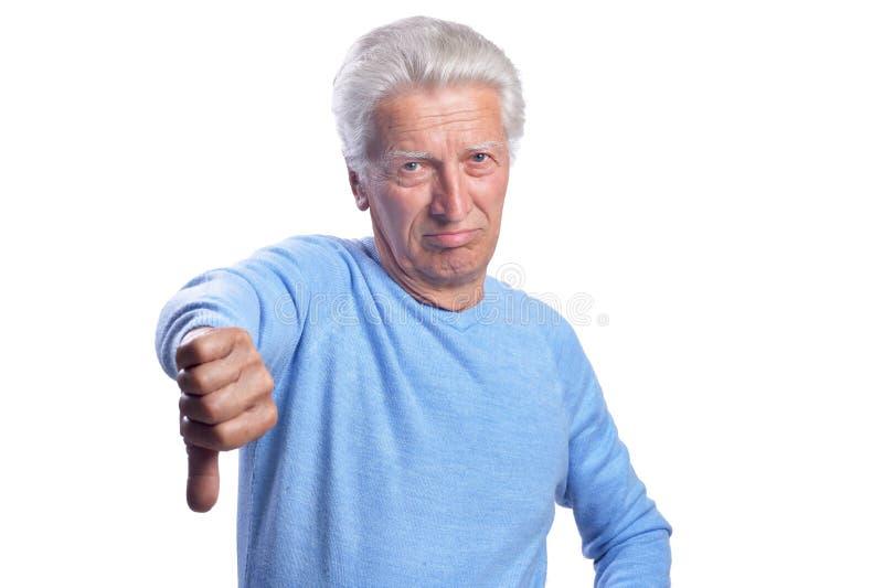 Starszy mężczyzna pokazuje kciuki zestrzela na białym tle zdjęcia stock