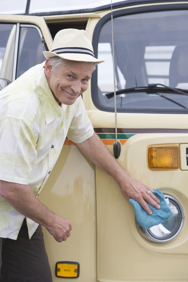 Starszy mężczyzna Poleruje reflektory Na Jego Campervan zdjęcie stock