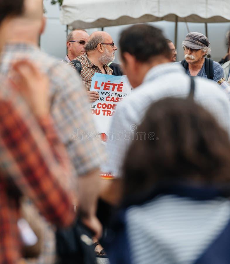 Starszy mężczyzna protestuje w Francja przeciw Macron prawu obraz royalty free