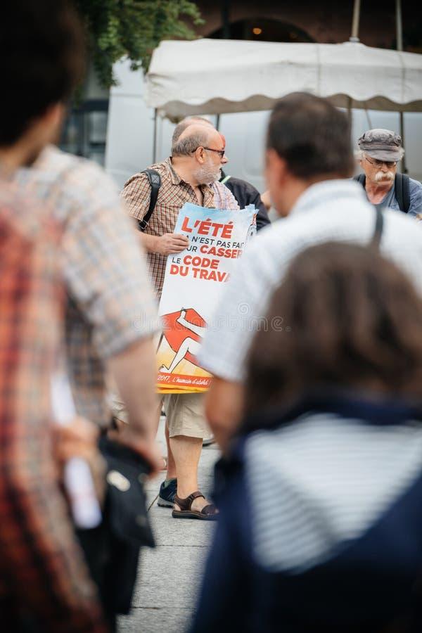 Starszy mężczyzna protestuje w Francja przeciw Macron prawu zdjęcia royalty free