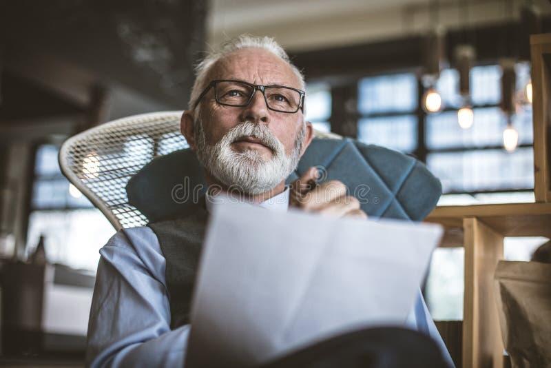 Starszy mężczyzna przy jego biurem Portret z bliska obrazy royalty free