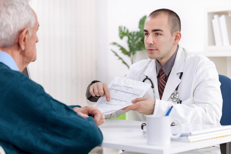 Starszy mężczyzna przy lekarką obrazy royalty free