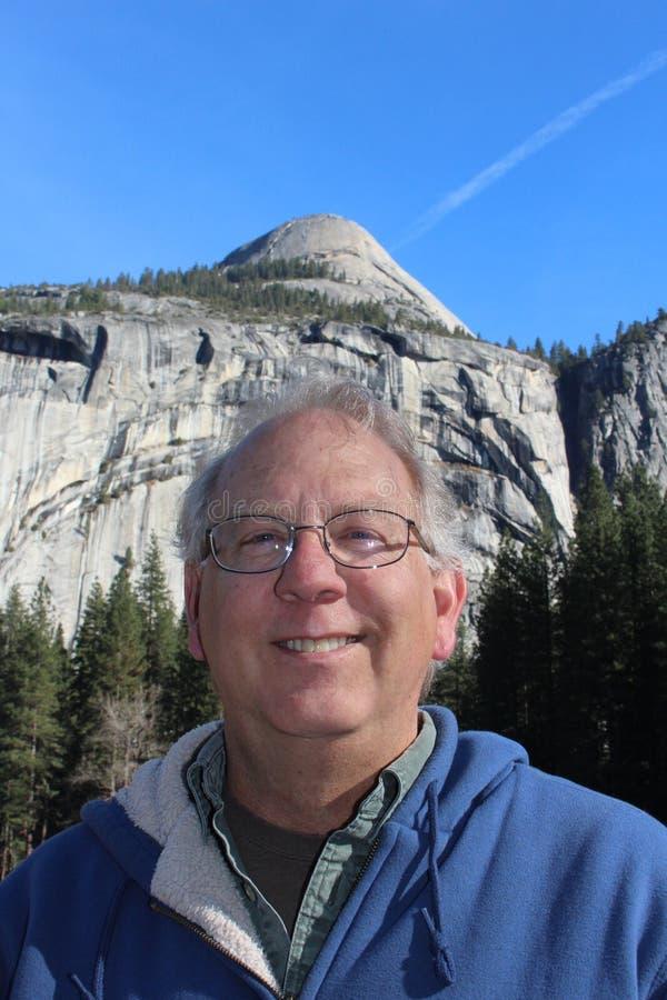 Starszy mężczyzna przy Yosemite parkiem narodowym Kalifornia zdjęcia royalty free