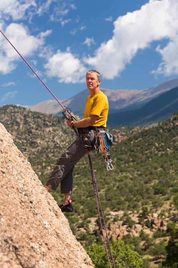 Starszy mężczyzna rappelling w Kolorado zdjęcie stock