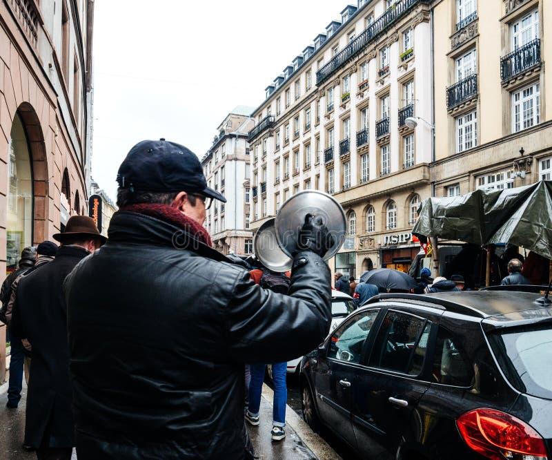 Starszy mężczyzna robi hałasowi przy protestem od niecki fotografia royalty free