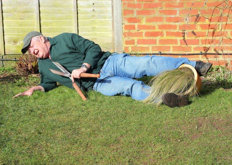 Starszy mężczyzna spadać Ogrodowy wypadek obraz stock