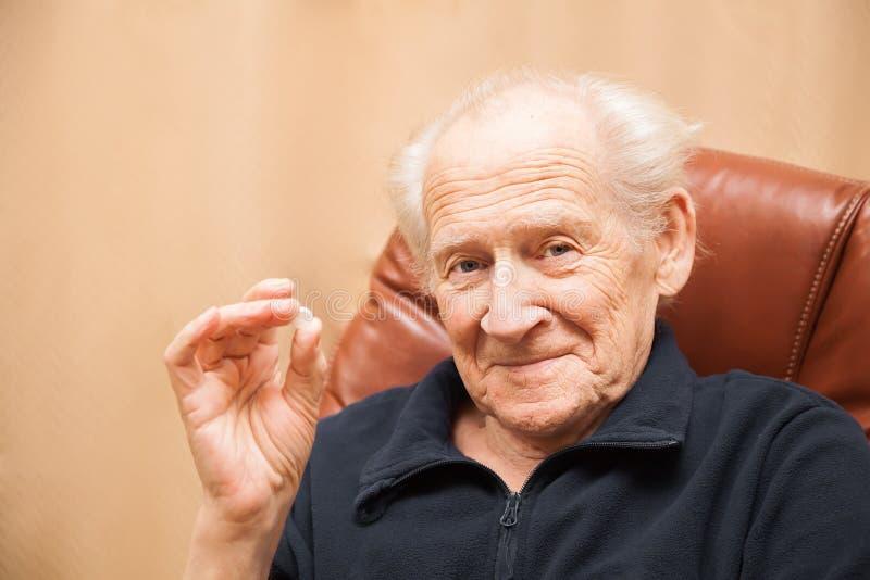 Starszy mężczyzna trzyma pastylkę obrazy royalty free