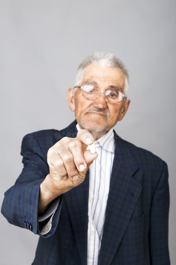 Starszy mężczyzna trzyma pigułkę przygotowywająca brać niektóre medycynę obrazy stock