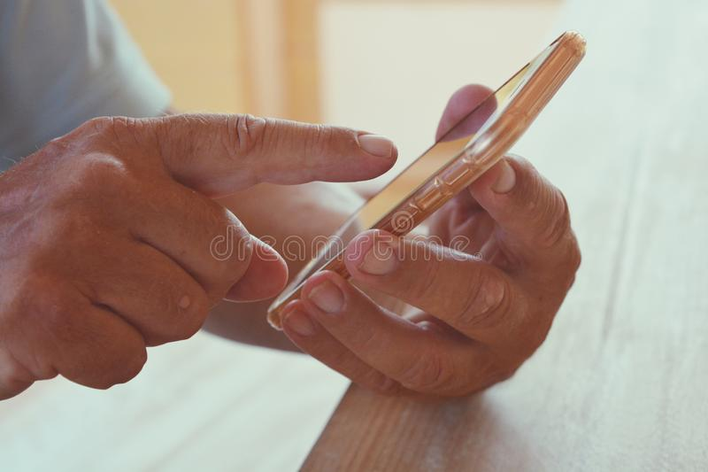 Starszy mężczyzna trzyma smartphone, w górę zdjęcie royalty free