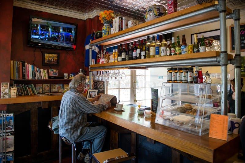 Starszy mężczyzna w barze zdjęcie royalty free