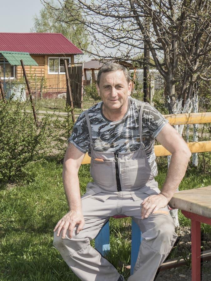 Starszy mężczyzna w podmiejskim terenie na wakacje fotografia royalty free