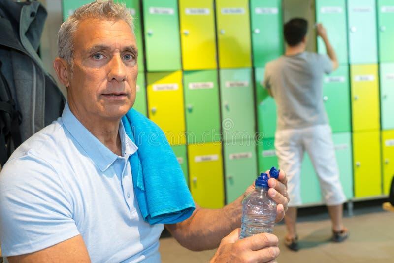 Starszy mężczyzna w sprawność fizyczna klubu szatni obrazy royalty free