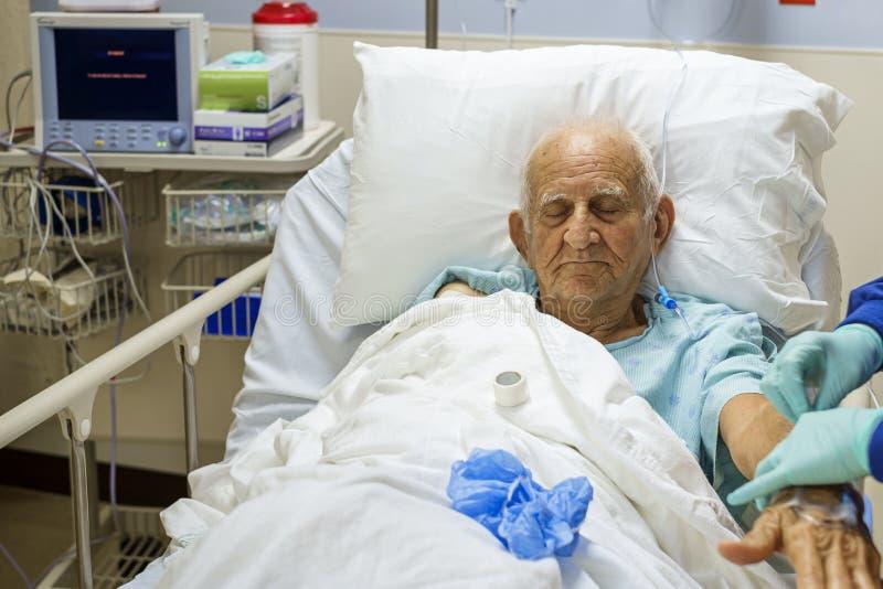 Starszy mężczyzna w szpitalu obraz royalty free