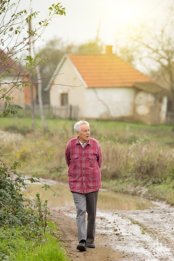 Starszy mężczyzna w wiosce obraz royalty free