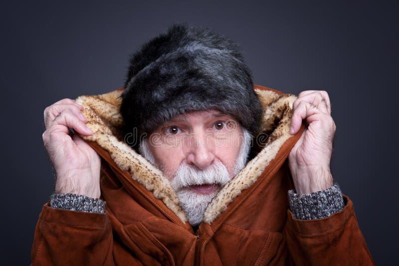 Starszy mężczyzna w zima stroju, obraz royalty free