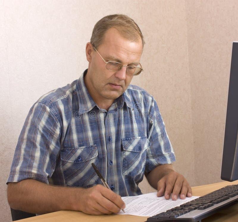 starszy mężczyzna writing fotografia royalty free