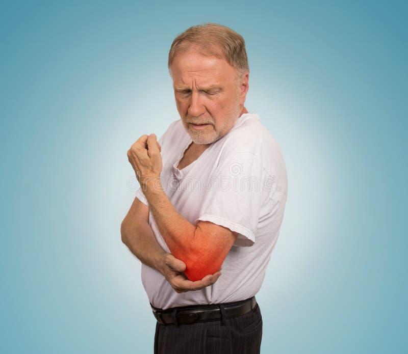 Starszy mężczyzna z czerwonym łokcia rozognienia cierpieniem od bólu zdjęcia royalty free