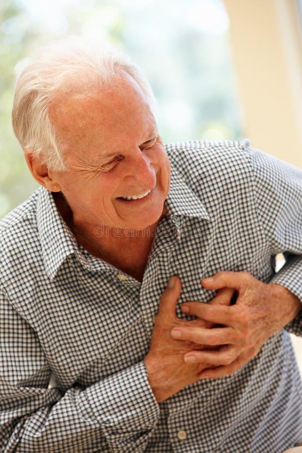 Starszy mężczyzna z klatka piersiowa bólem zdjęcia royalty free