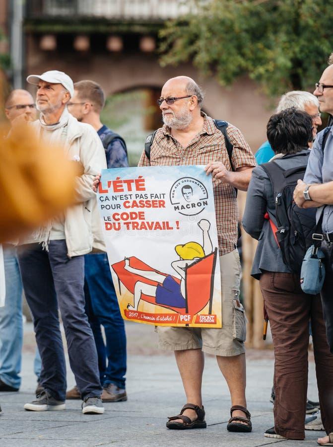 Starszy mężczyzna z plakatem przeciw macron przy protestem w Francja obrazy stock