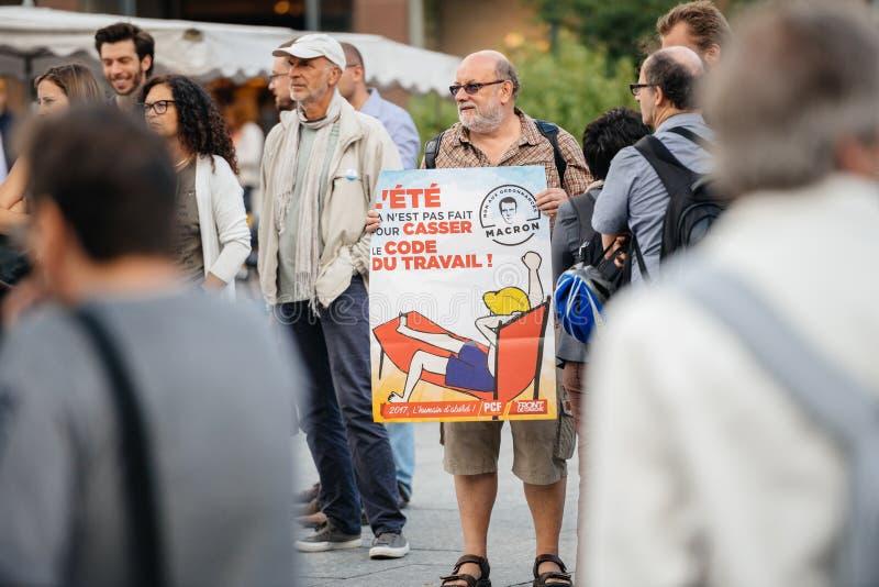 Starszy mężczyzna z plakatem przeciw macron przy protestem w Francja obrazy royalty free