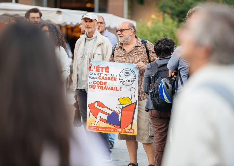 Starszy mężczyzna z plakatem przeciw macron przy protestem w Francja zdjęcia royalty free
