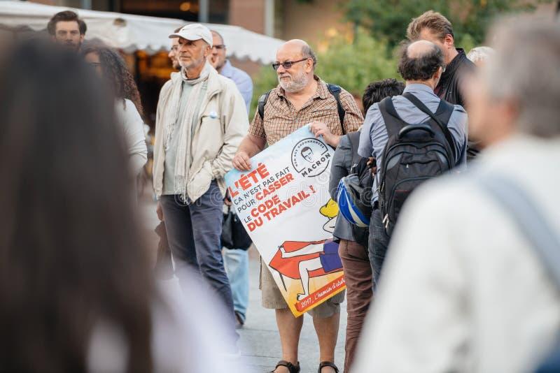 Starszy mężczyzna z plakatem przeciw macron przy protestem w Francja fotografia royalty free