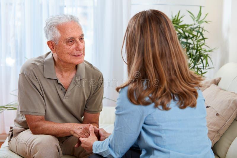 Starszy mężczyzna z pracownikiem opieki społecznej obraz royalty free