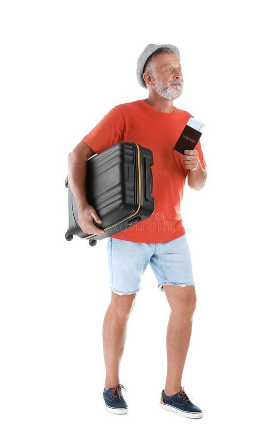 Starszy mężczyzna z walizką i paszportem zdjęcie royalty free