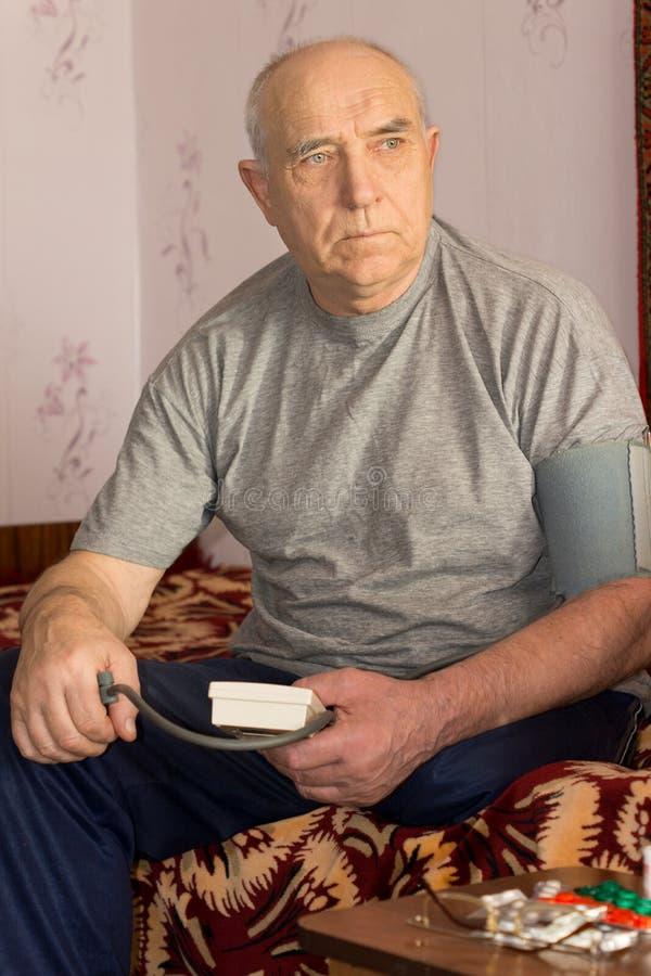 Starszy mężczyzna z wysokim ciśnieniem krwi zdjęcie royalty free