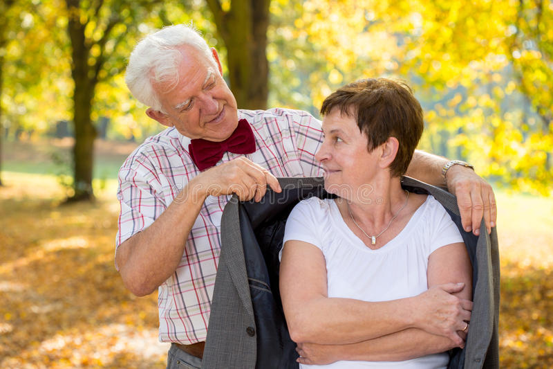 Starszy mężczyzna zakrywa jego żony fotografia stock