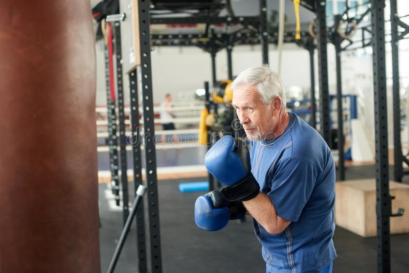 Starszy męski bokser gotowy walczyć zdjęcia stock