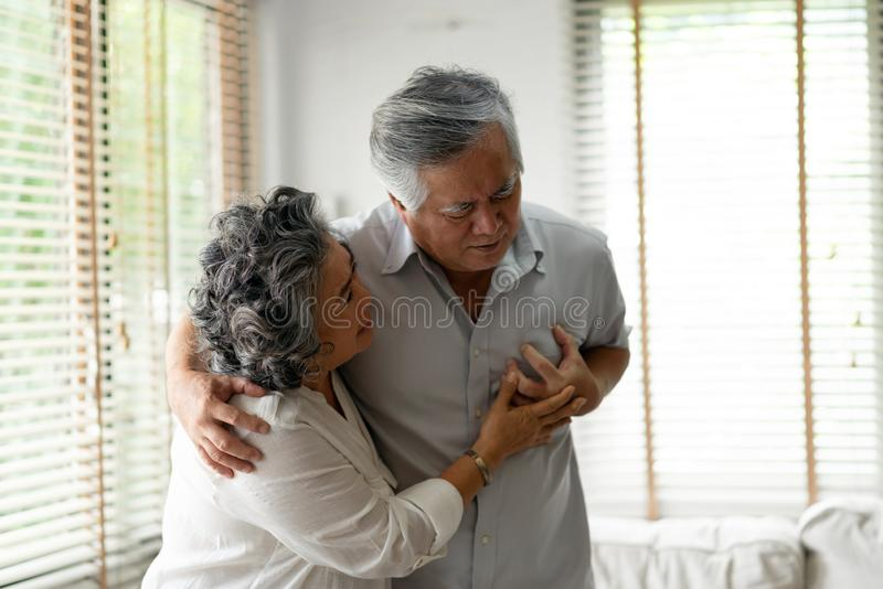 Starszy męski mieć atak serca zdjęcia stock
