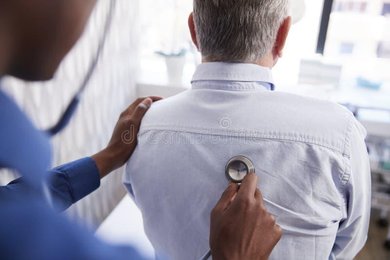 Starszy Męski pacjent Ma Medycznego egzamin Z lekarką W biurze obraz stock