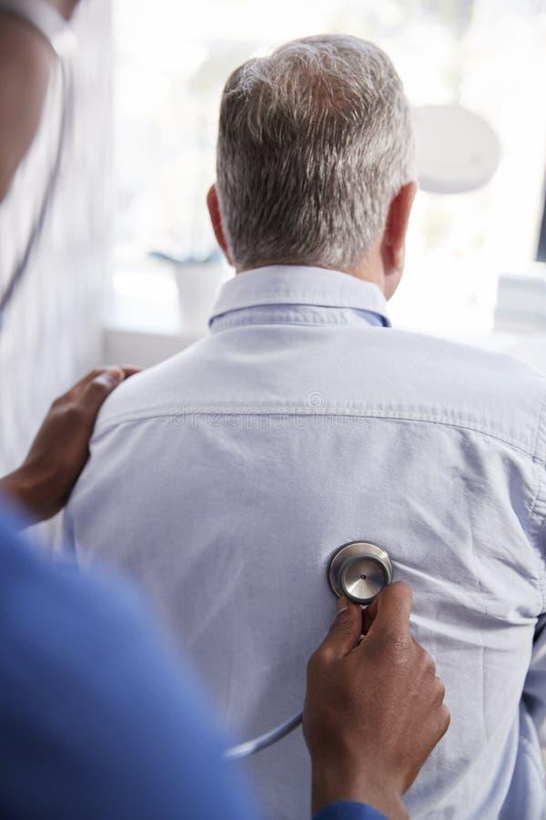 Starszy Męski pacjent Ma Medycznego egzamin Z lekarką W biurze zdjęcia stock