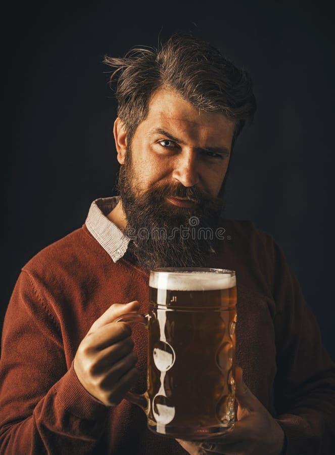 Starszy m??czyzna pije piwo z niespodzianki twarz? Piwni typy i style Retro m??czyzna z piwem M??czyzny mienia kubek piwo zdjęcia royalty free