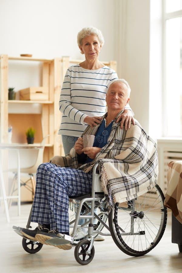 Starszy m??czyzna W w?zku inwalidzkim Z ?on? zdjęcie royalty free