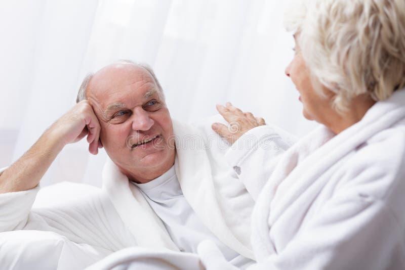 Starszy małżeństwo relaksuje w zdroju obrazy stock