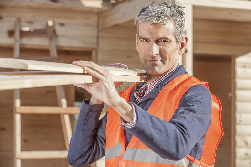 Starszy mniejszościowy pracownik budowlany na akcydensowym miejscu zdjęcia royalty free