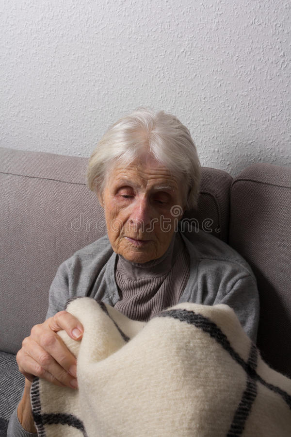 Starszy nakrycie jej jaźń z koc fotografia stock