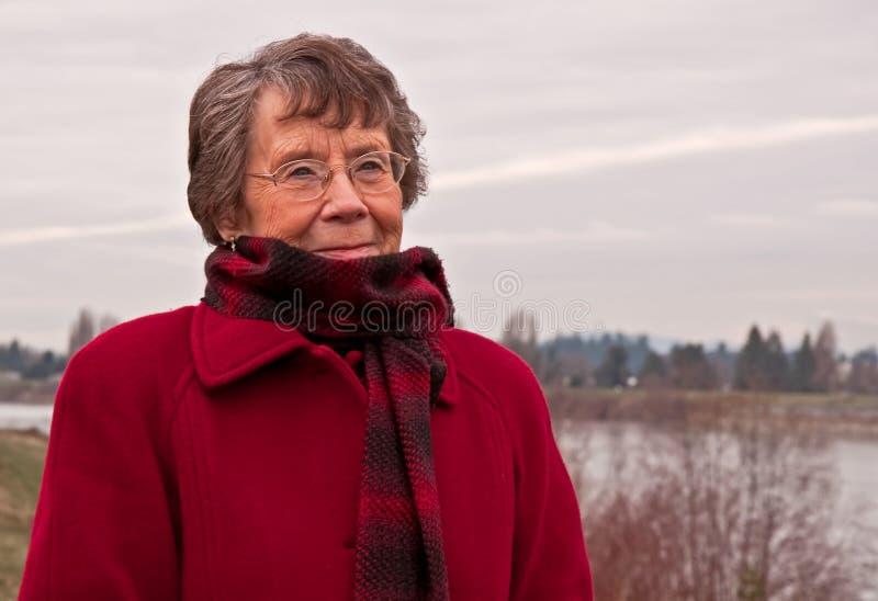 Starszy Obywatel damy portreta zimno Outdoors zdjęcie stock