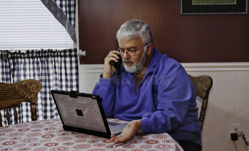 Starszy Obywatel Niepokojący i Szalenie przy Używać techniki poparcie i komputer obraz royalty free