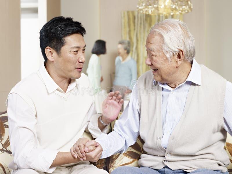 Starszy ojca i dorosłego syn zdjęcie stock