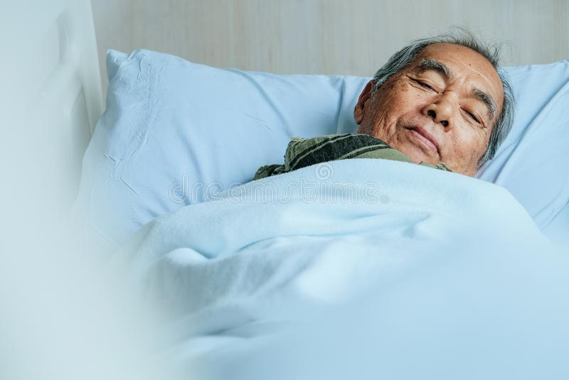 Starszy pacjenci w łóżku szpitalnym fotografia stock