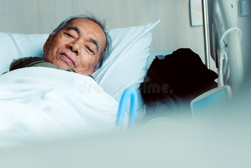 Starszy pacjenci w łóżku szpitalnym obrazy royalty free