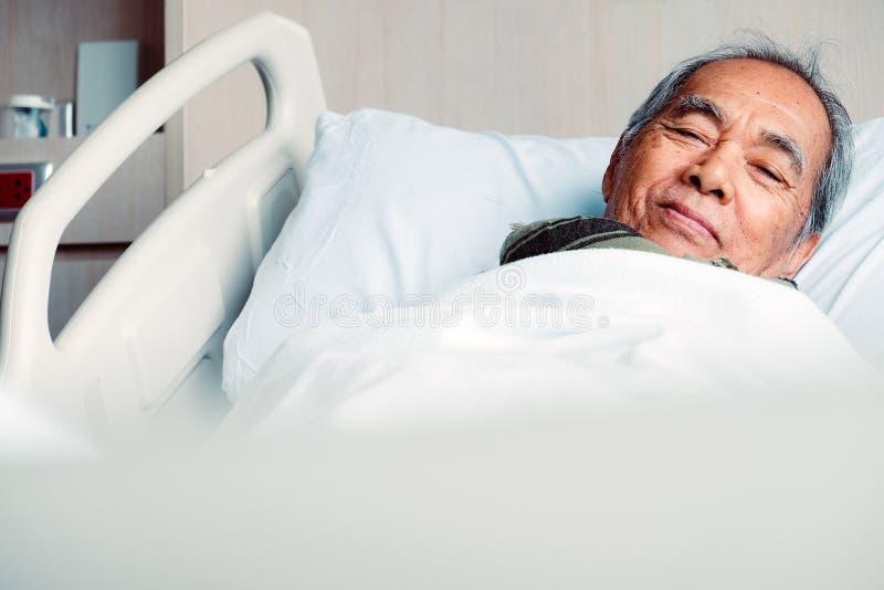 Starszy pacjenci w łóżku szpitalnym zdjęcia royalty free