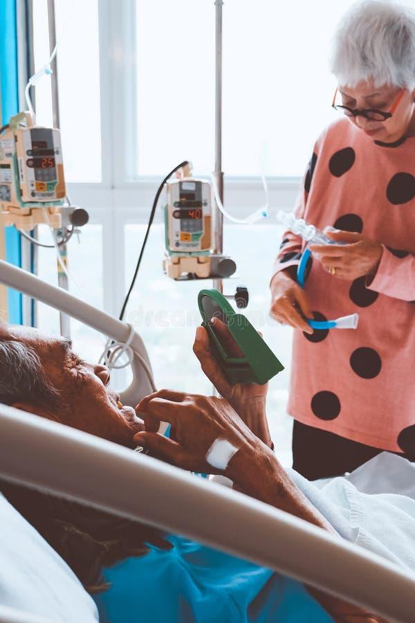 Starszy pacjenci w łóżku szpitalnym obraz stock
