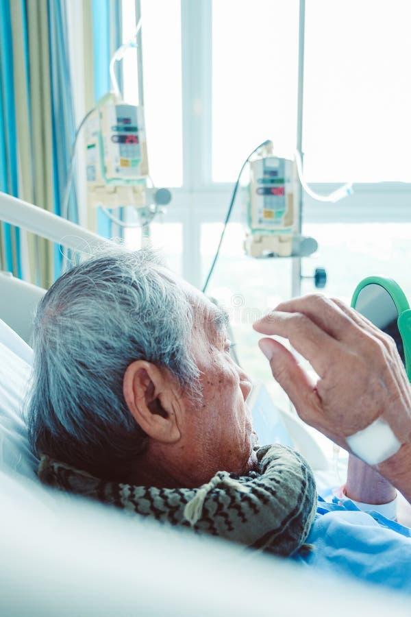 Starszy pacjenci w łóżku szpitalnym fotografia royalty free
