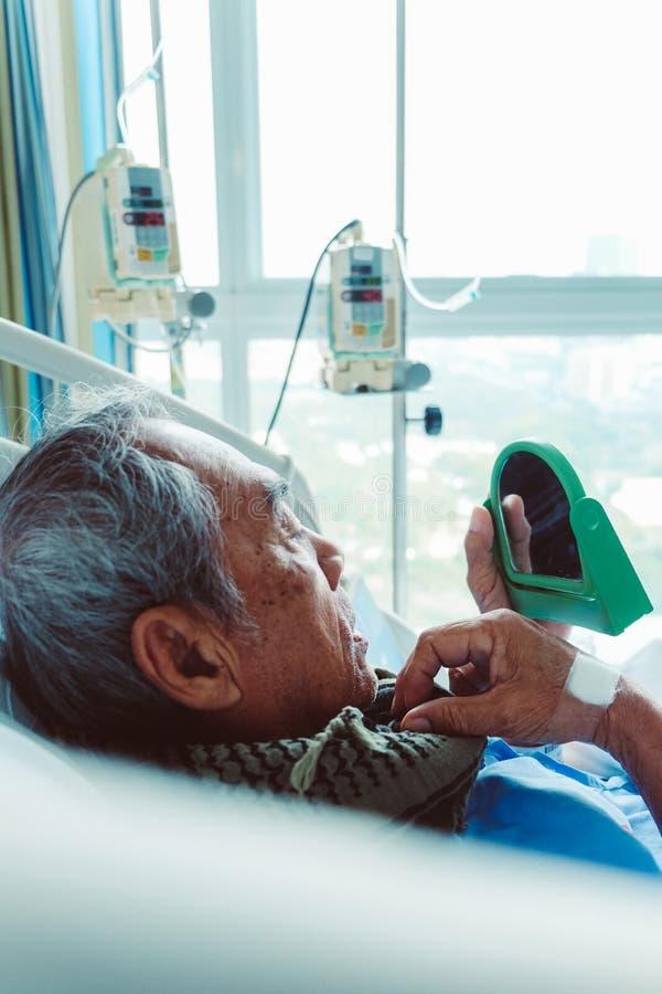 Starszy pacjenci w łóżku szpitalnym zdjęcie stock