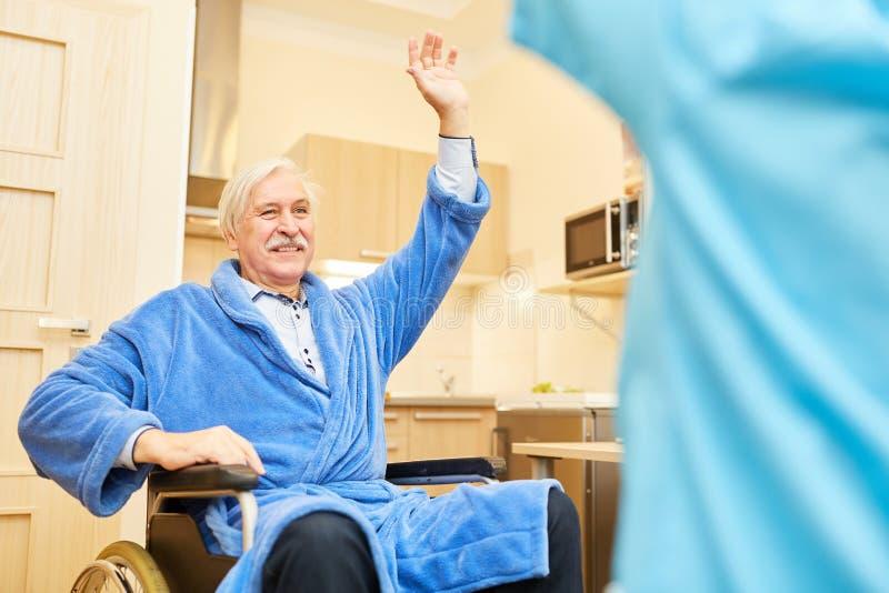 Starszy pacjent ćwiczy terapię zdjęcie stock